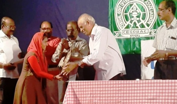 Kum. Thafseera N P of Govt. Ganapath Higher Secondary School, receiving the award.