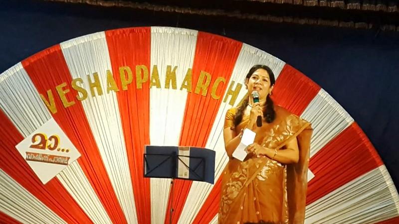 Smt. Bindu Amat  -  the presenter of the musical programme, Veshapakarchakal